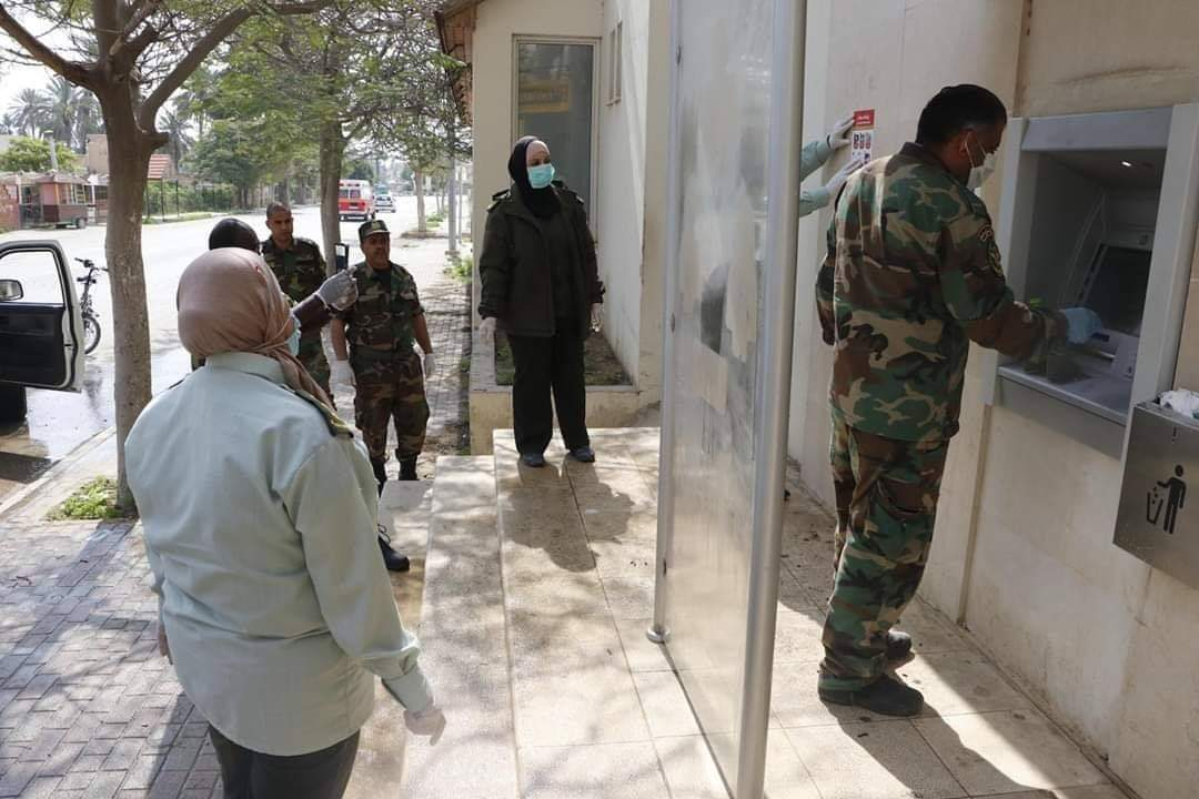 The PA security forces supervise the withdrawal of funds from ATMs in the PA territories (Palinfo Twitter account, April 2, 2020).