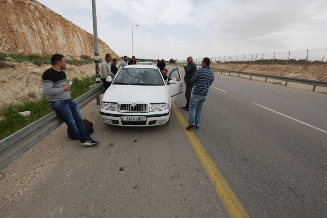 The Palestinian security forces detain workers from the villages around Hebron who tried to enter Israel (Wafa, April 1, 2020).