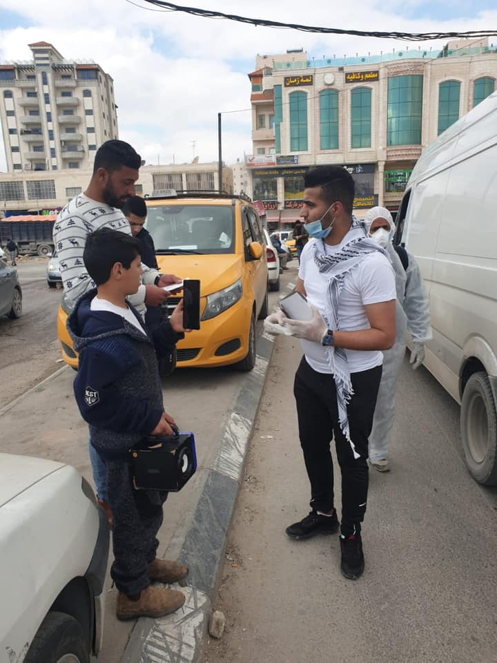Al-shabiba (Fatah's youth movement) operatives distribute flyers in E'izariya about the proper way to wash hands (Facebook page of Fatah's Jerusalem branch, March 22, 2020).