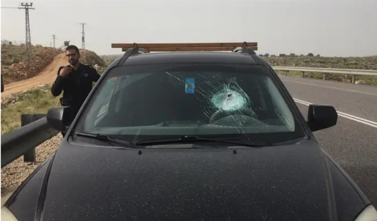 Israeli civilian vehicle whose front windshield was damaged by a stone thrown by Palestinians west of Ramallah (Photo courtesy of Israel Naki, April 5, 2020).