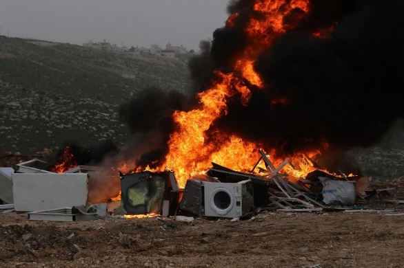 The Palestinian security forces burn used equipment and furniture in Dura (south of Hebron) (Wafa, April 5, 2020).