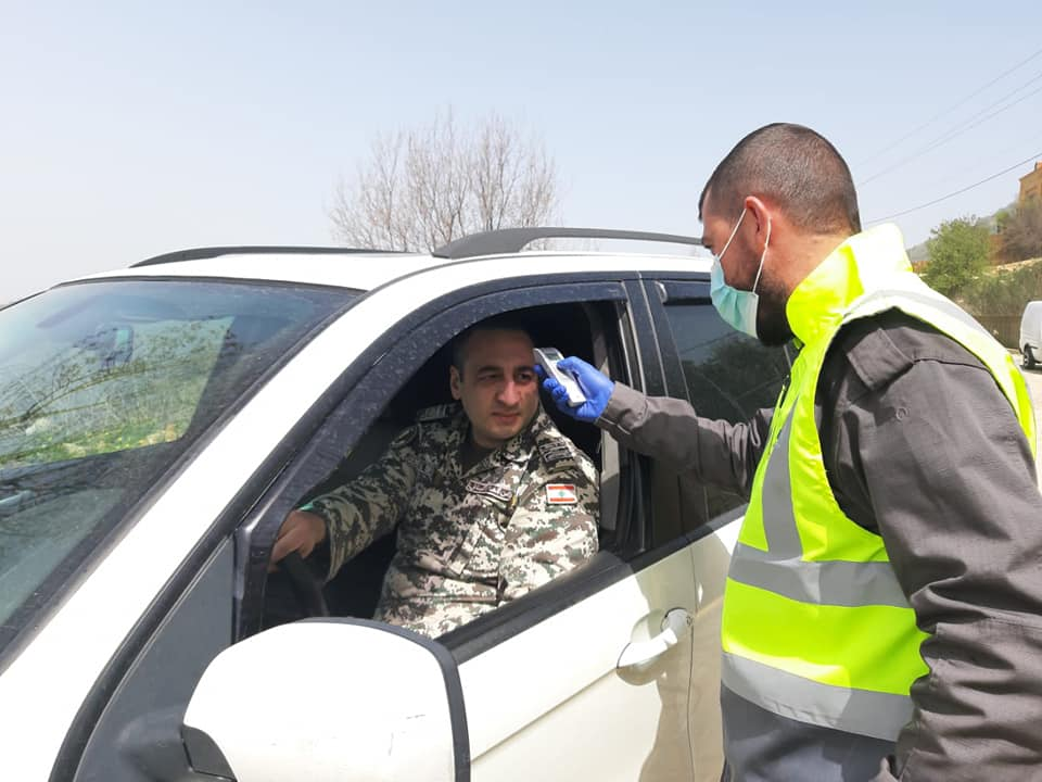 Checkpoint for explanation and taking temperatures in the Iqlim al-Tuffah area south of Beirut (Rassed Network's Facebook page, March 24, 2020).