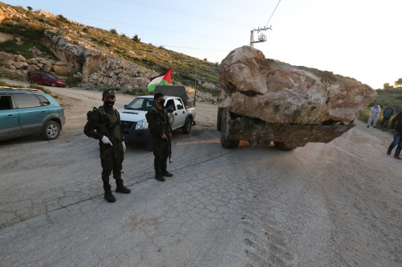 Operatives of the Palestinian security forces impose a lockdown on the village of al-Kom (west of Hebron) (Wafa, April 12, 2020).
