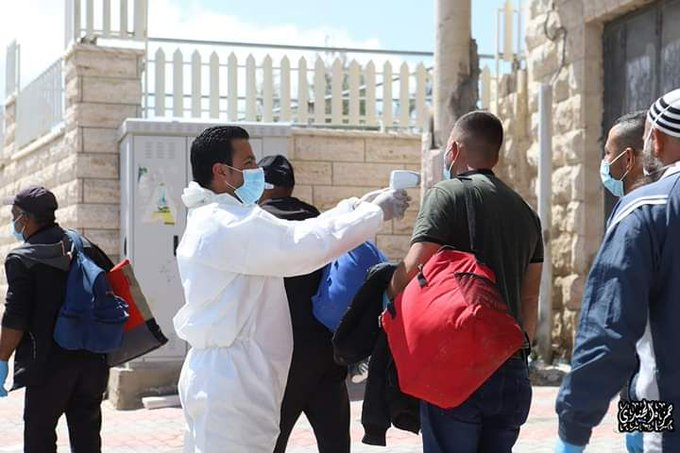Examining and disinfecting Palestinian workers returning from Israel, at the entrance to Yatta (Palinfo Twitter account, April 7, 2020).