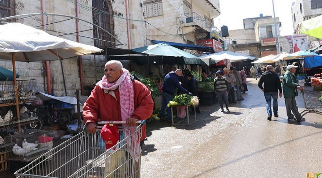 Opening the vegetable market in Tulkarm in violation of instructions (Dooz website, April 12, 2020).