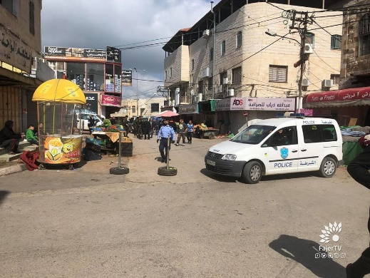 Teams from the Tulkarm municipality and Palestinian policemen close the vegetable market and erect barriers to prevent it from reopening (al-Fajr TV in Tulkarm, April 12, 2020).