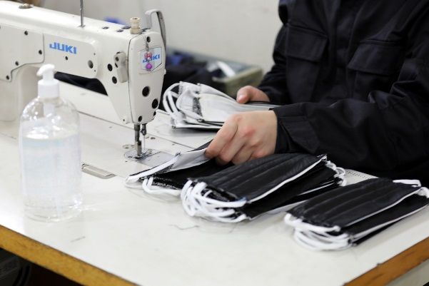 Masks being manufactured at the Gaza Interior Ministry's factories (Twitter account of the Gaza Interior Ministry, April 15, 2020)