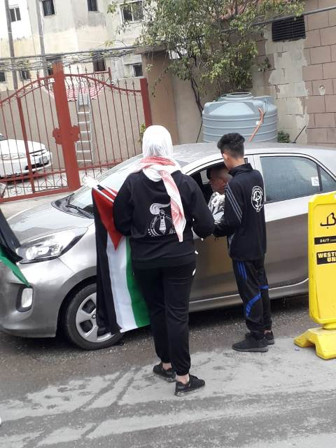 Members of the PFLP youth movement distributing masks and Palestinian flags to residents of the Burj el-Shemali camp on Land Day (website of the PFLP in Lebanon, March 30, 2020)