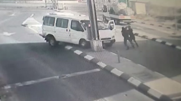 The Palestinian terrorist exits the vehicle and stabs the fighter (YouTube, April 22, 2020).