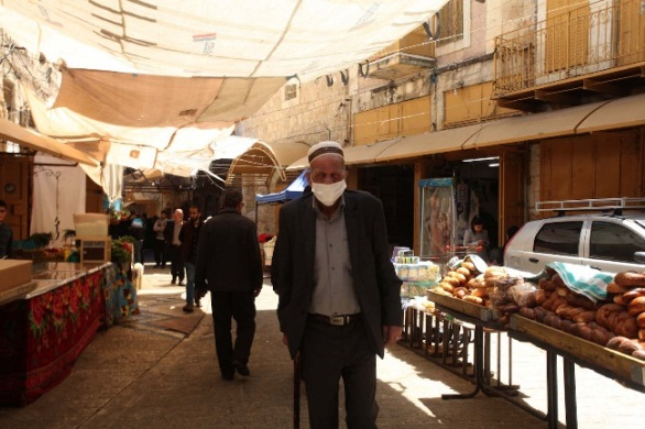 The almost-empty market in Hebron (Wafa, April 30, 2020).