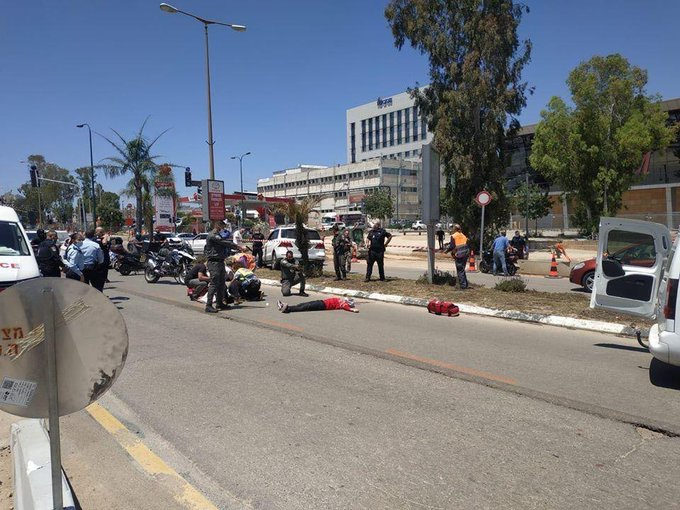 The scene of the stabbing attack in Kfar Sava (Twitter account of the Tulkarm Times, April 28, 2020).
