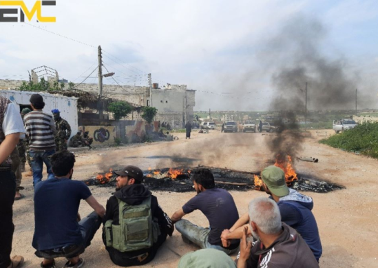 Demonstrators blocking the road leading to the commercial crossing in Miznaz (Edlib Media Center, April 30, 2020)