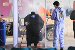 Preventive measures on the Gazan side of the Erez Crossing for the Palestinians returning from Jordan, and their transfer to quarantine centers (Twitter account of the ministry of the interior in the Gaza Strip, May 5, 2020).