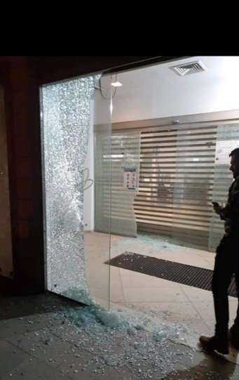 The window of the Cairo Amman Bank in Jenin shattered by gunfire (QudsN Twitter account, May 8, 2020).