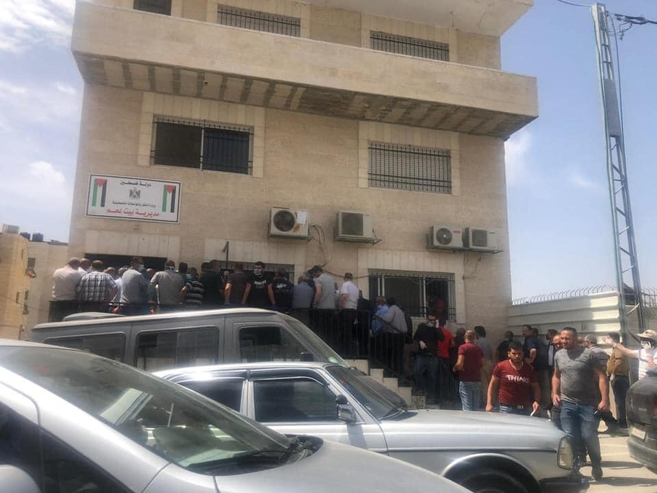 Residents gathering at the entrance to the district licensing bureau in Ramallah (QUDSN Facebook page, May 14, 2020)