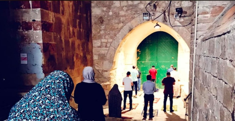 Muslim worshipers holding prayers in open areas near the entrances and gates of the Temple Mount (Silwan Facebook page, May 15, 2020)