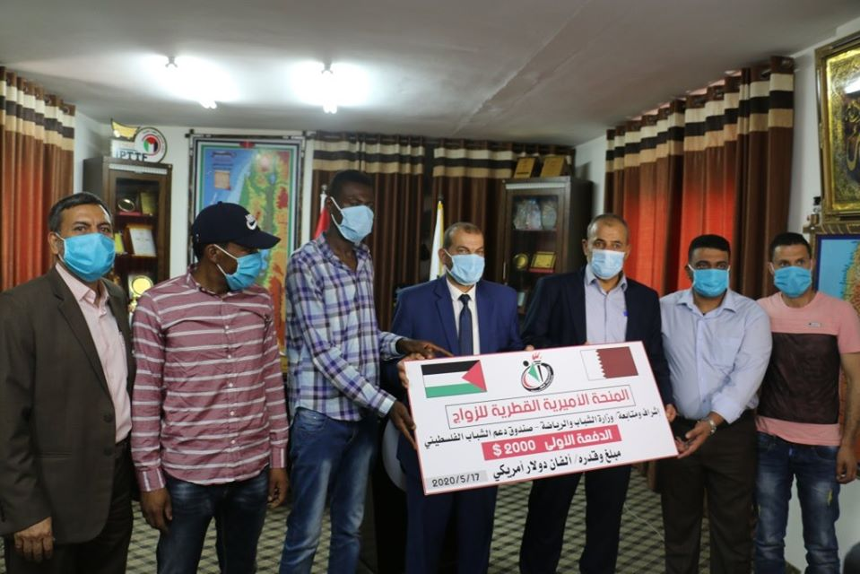 Distributing the first payment of Qatar's donation (Facebook page of the ministry of youth and sport in the Gaza Strip, May 17, 2020).