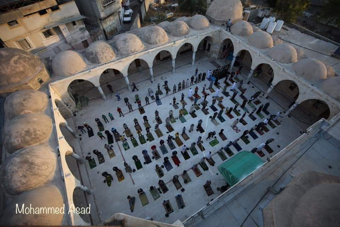 The Eid al-Fitr prayer in the al-Om'ari mosque in Gaza City (QudsN Twitter account, May 24, 2020).