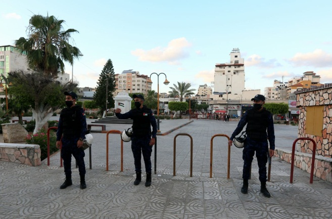 Hamas police prevent Palestinians from entering the port of Gaza and one of the public squares in Gaza City (Twitter account of the ministry of the interior in Gaza, May 24, 2020)