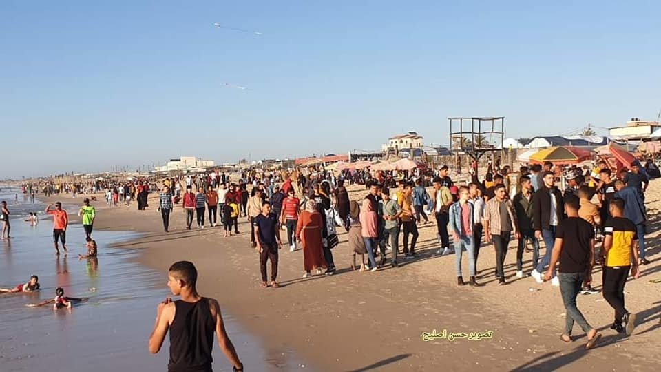 Crowds on the Khan Yunis beach (Facebook page of journalist Hasan Twitter account of journalist Hassan Aslih, May 25, 2020).