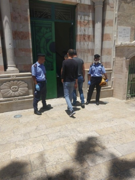 The Palestinian police supervise the entrance of worshippers into the Omar bin al-Khatab mosque in Bethlehem (Facebook page of the governor of the Bethlehem district, May 29, 2020).