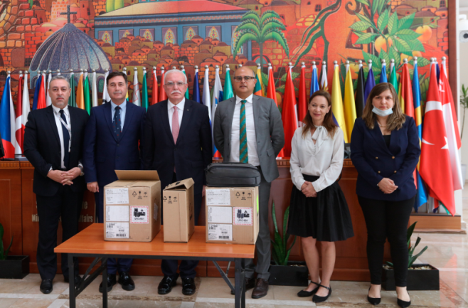 The PA foreign minister (third from left) at the delivery of ventilator from Australia (Wafa, May 28, 2020).
