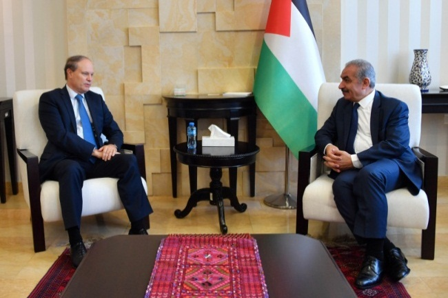 Muhammad Shtayyeh receives the French consul in his office in Ramallah (Wafa, May 28, 2020).