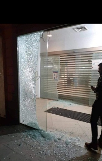 The window of the Cairo Amman bank in Jenin, shattered by gunfire in a violent protest against the banks (QudsN Twitter account, May 8, 2020).