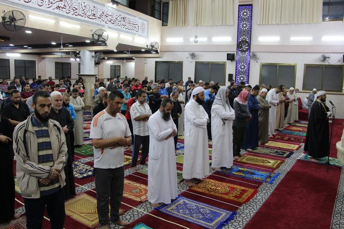 Prayers in the mosques; the worshippers are not wearing masks (Twitter account of al-Quds, June 3, 2020).