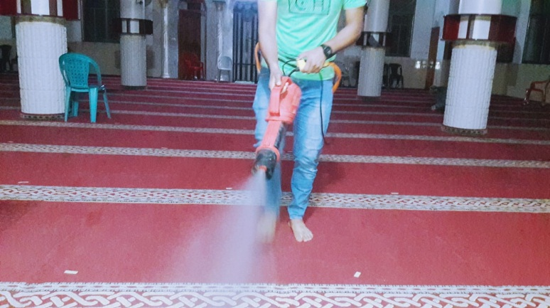 Palestinian Islamic Jihad (PIJ) operative disinfects a mosque in the Gaza Strip in preparation for its opening (Paltoday Twitter account, June 3, 2020).