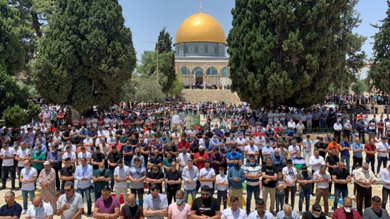 Mass attendance at the Friday prayer on the Temple Mount, with no social distancing (Wafa, June 5, 2020).