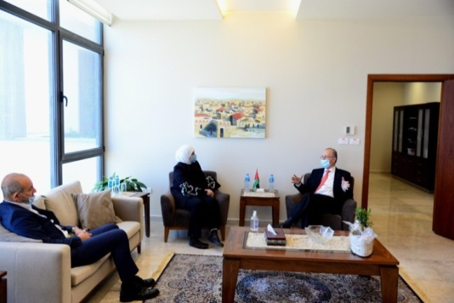Laila Ghannam, the governor of the Ramallah district meets with the chairman of the Palestinian Investment Fund (Facebook page of Laila Ghannam, June 4, 2020).