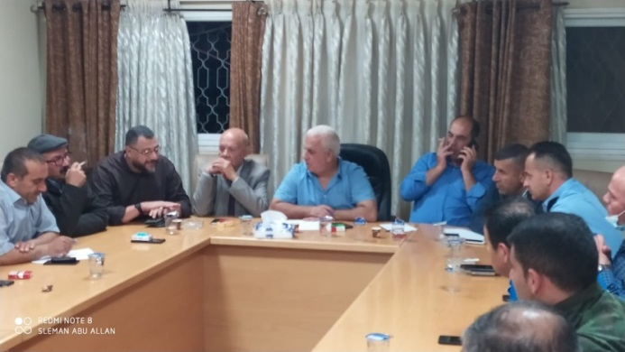 The governor of the Hebron district meets in Dhahariya with the head of the local municipality, the heads of the various security forces and Fatah representatives following the increase in the number of COVID-19 cases (Facebook page of the Dhahariya municipality, June 9, 2020).