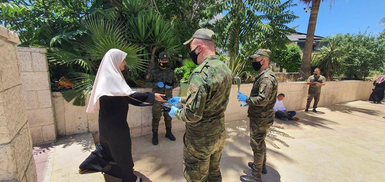 Palestinian security forces distribute masks and gloves to worshippers who went to the mosques to pray on Friday (PNN website, June 12, 2020).
