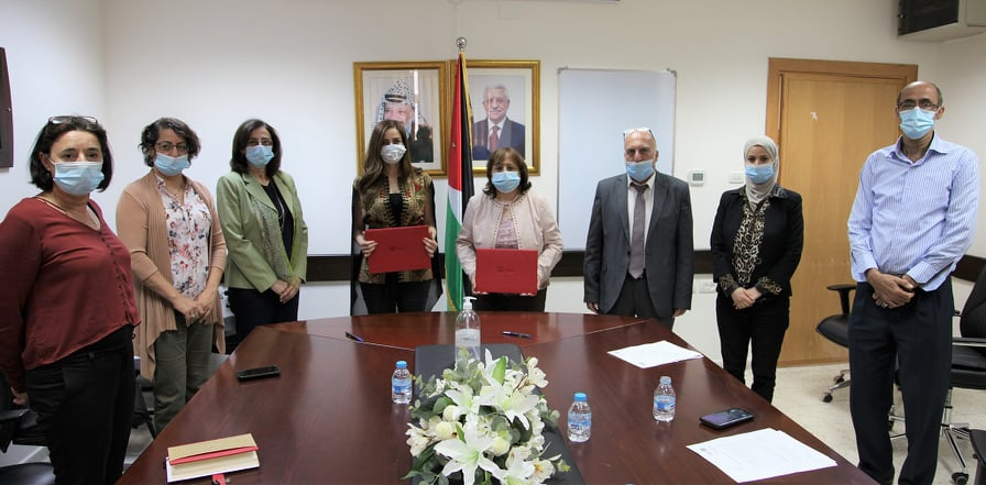 The Palestinian minister of health receives aid from the al-Ta'awun institute (Facebook page of the Palestinian ministry of health, June 9, 2020).