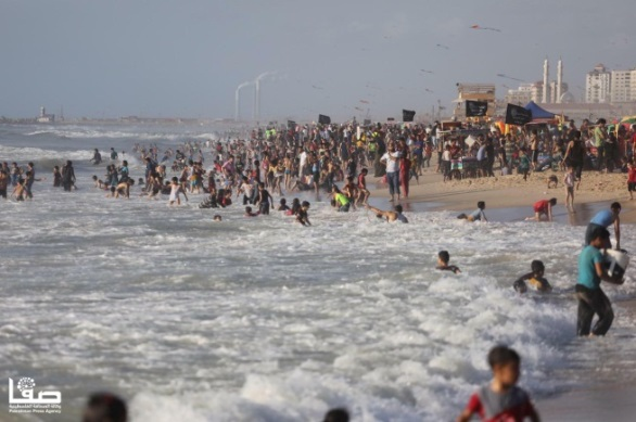 The Gaza beach. No masks and almost no social distancing (Safa Twitter account, June 19, 2020).