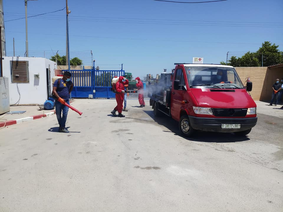 Palestinian civil defense forces disinfect in gas distribution vehicles, gas canisters and gas filling stations (Facebook page of journalist Samer al-Sha'arawi, July 1, 2020)