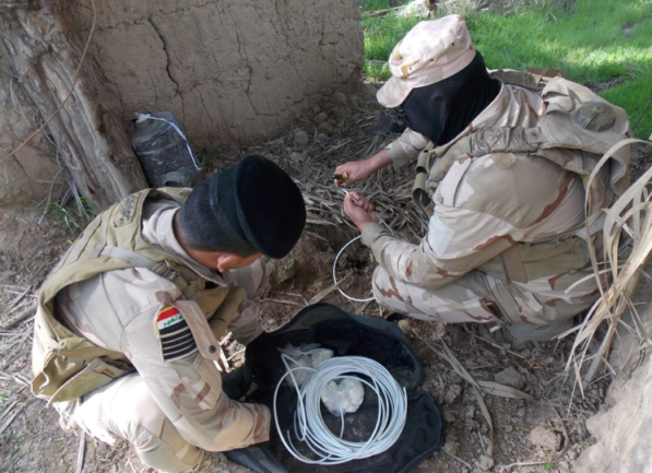 Iraqi soldiers during preparations for a controlled detonation of one of the IEDs found in the guesthouse (Facebook page of the Iraqi Defense Ministry, July 19, 2020)