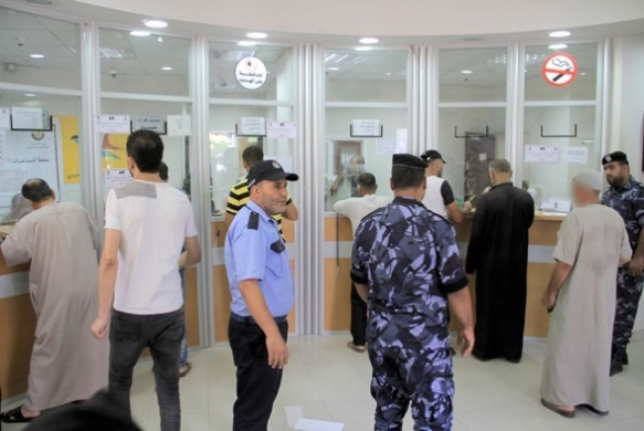 Distribution of money from Qatar at the branches of the post office bank in Gaza (Facebook page of Qatar's National Committee for the Reconstruction of Gaza, July 25, 2020).