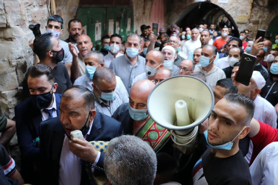 Hebron mayor attends a mass Eid al-Adha prayer at the entrance to the Cave of the Patriarchs (Facebook page of the Hebron municipality, July 31, 2020).