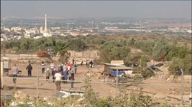 Palestinians enter Israeli territory through breaches in the security fence near the village of Far'un, south of Tulkarm (Facebook page of Fajertv, August 4, 2020).