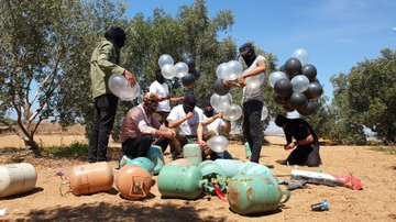 Operatives of Ahfad al-Nasser launch incendiary balloons (Twitter account of journalist Hassan Aslih, August 10, 2020).