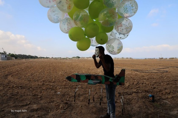 Incendiary balloon clusters launched into Israeli territory from the northern Gaza Strip (Facebook page of photojournalist Majdi Fathi, August 13, 2020).