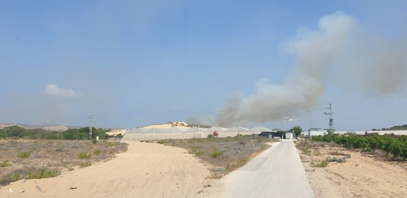 Fire in an Israeli community set by an incendiary balloon launched from the northern Gaza Strip (Twitter account of Matan Tsuri, August 10, 2020).