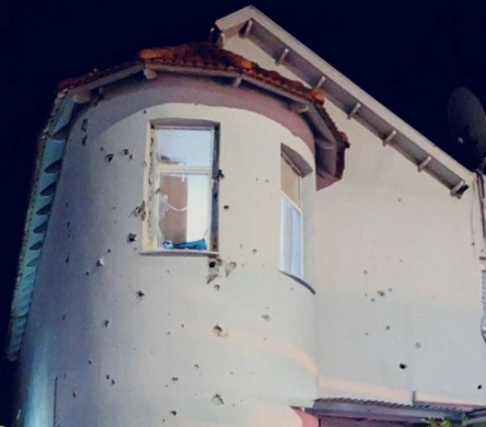 The house damaged by rocket fire in Sderot (Right: Twitter account of Almog Boker. Left: Israel Police Force spokesman's unit, August 16, 2020).