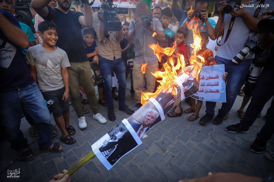Pictures of the Israeli prime minister, the American president and the Abu Dhabi crown prince burned at a Hamas rally in the Jabalia refugee camp in the northern Gaza Strip, where senior Hamas figure Isma'il Radwan gave a speech (Facebook page of photojournalist Anas al-Sharif, August 15, 2020).