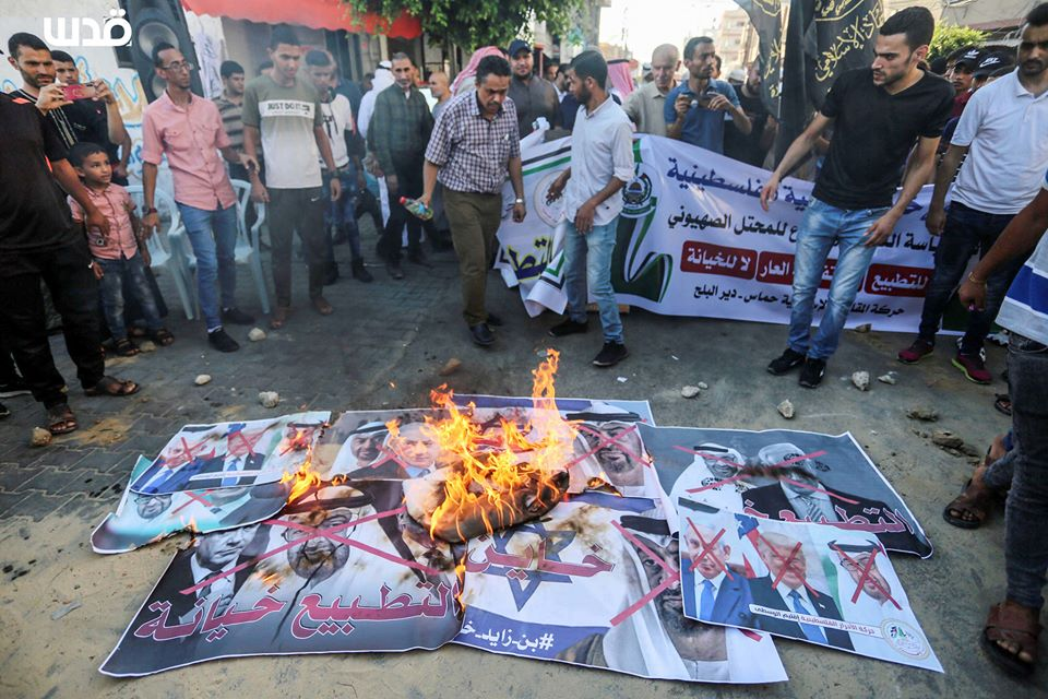 Burning pictures at a Hamas demonstration in Deir al-Balah (QudsN Facebook page, August 16, 2020).