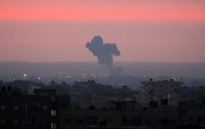 The IDF attacks in Gaza (Right:, Shehab Facebook page, August 21, 2020; Left: Twitter account of Radwan al-Akhras, August 21, 2020).