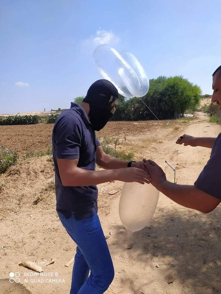 Popular Resistance Committees-affiliated Ahfad al-Nasser operatives launch balloons from the northern Gaza Strip (Twitter account of photojournalist Hazem Muzeid, August 18, 2020).