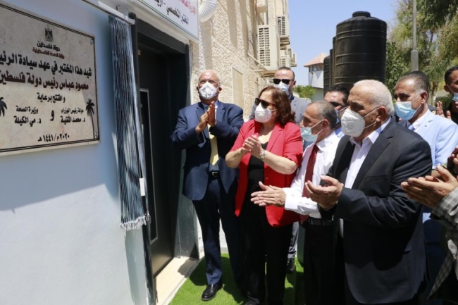 The Health Minister together with Saeb Erekat and the governor of the Jericho district inaugurating the laboratory in Jericho (Palestinian Health Ministry Facebook page, August 18, 2020)